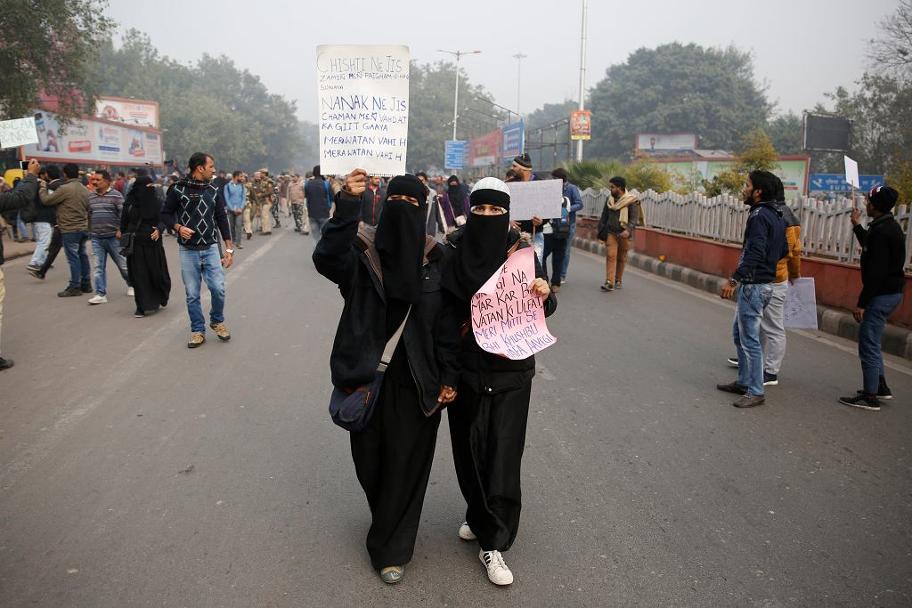 Indie zakazują zgromadzeń, wyłączają internet i komórki. W całym kraju odbywają się protesty przeciwko nowemu prawu dyskryminującemu muzułmanów. Reakcja rządu hinduskich nacjonalistów stawia pod znakiem zapytania stan indyjskiej demokracji.