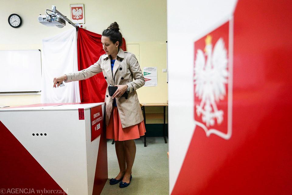 Głosowanie w wyborach prezydenckich. Obwodowa komisja wyborcza numer 892 na Białołęce. Warszawa 10 maja 2015