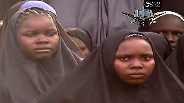Kadr z filmu przesłanego przez porywaczy - porwane licealistki z Nigerii