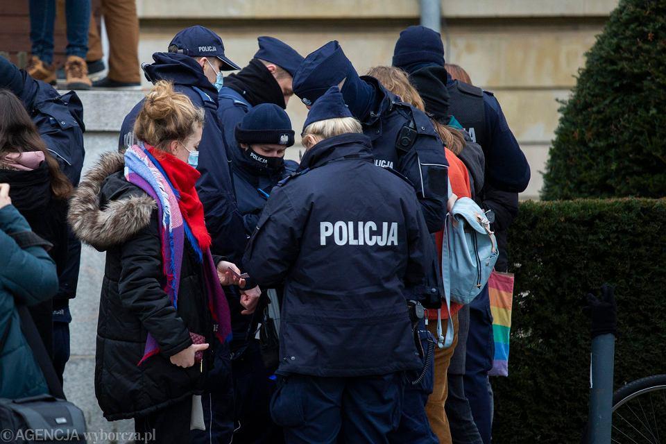 Policja spisuje młodzież na strajku uczniów i studentów we Wrocławiu