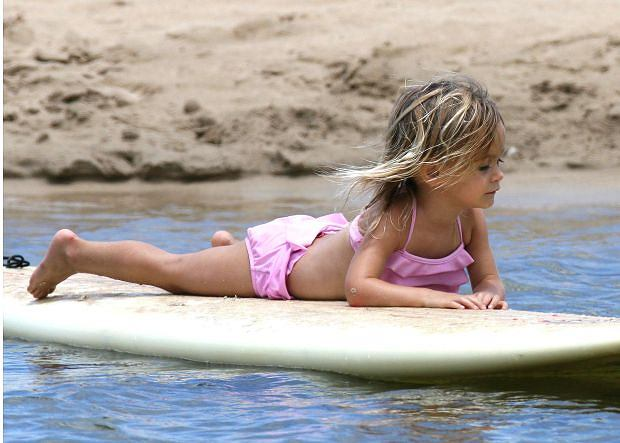 ?2007 RAMEY PHOTO 310-828-3445 JENNIFER ANISTON WITH COURTNEY COX AND FAMILY SURFING AND HAVING FUN IN THE WATER IN SANTA BARBARA. 081807 WW/5/SSP Jennifer Aniston is the godmother of Courtney and David's daughter COCO (born June 13, 2004).