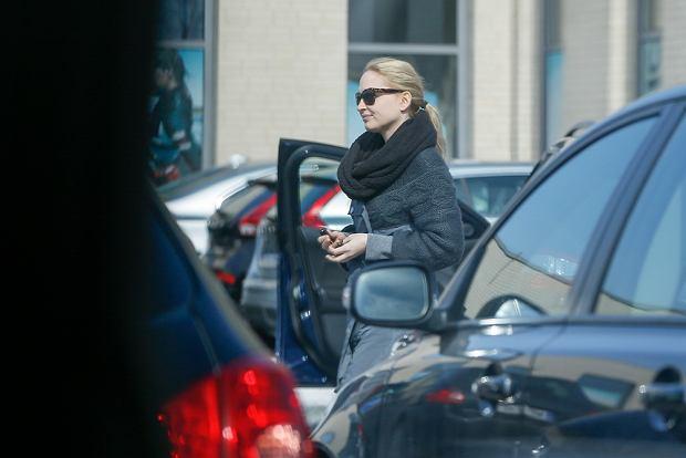 Czeslaw Mozil odbiera luksusowe VOLVO XC60 z salonu Volvo przy ul. Pulawskiej, przywiozla go do salonu partnerka, Ania Cieslak