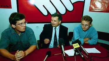 1993 r., Paweł Rabiej (pierwszy z prawej) i Jarosław Kaczyński, konferencja prasowa po powrocie polskiego konwoju z Sarajewa