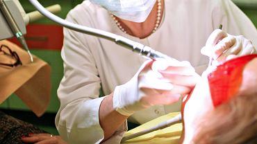 Zabieg stomatologiczny (zdjęcie ilustracyjne)