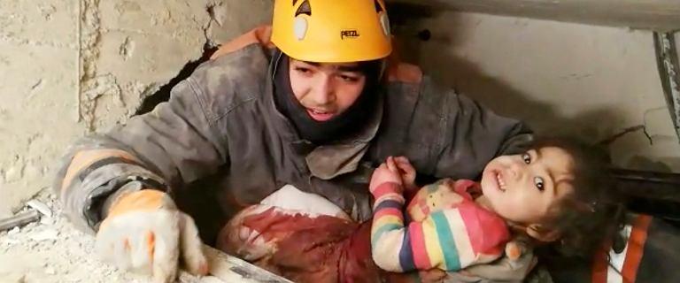 Turcja. Dwulatka z matką przetrwały 28 godzin pod gruzami zawalonego domu