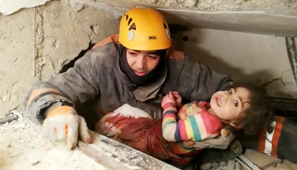 Trzęsienie ziemi w Turcji. Ratownicy uratowali dwuletnią dziewczynkę i jej matkę