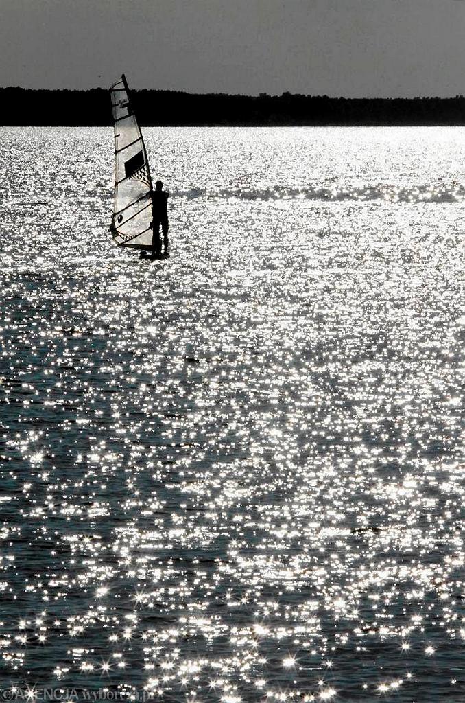 Wrzesień 2012 r. Windsurfer na Wiśle na wysokości Dobrzynia