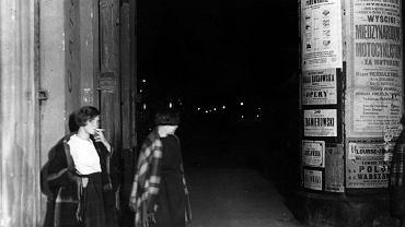 Prostytutki na ul. Marszałkowskiej w Warszawie w 1925 r. W połowie lat 20. w ewidencji stołecznej policji figurowało 3479 zarejestrowanych   kobiet lekkich obyczajów, choć się szacuje, że w rzeczywistości na ulicach mogło ich pracować nawet 25 tys.