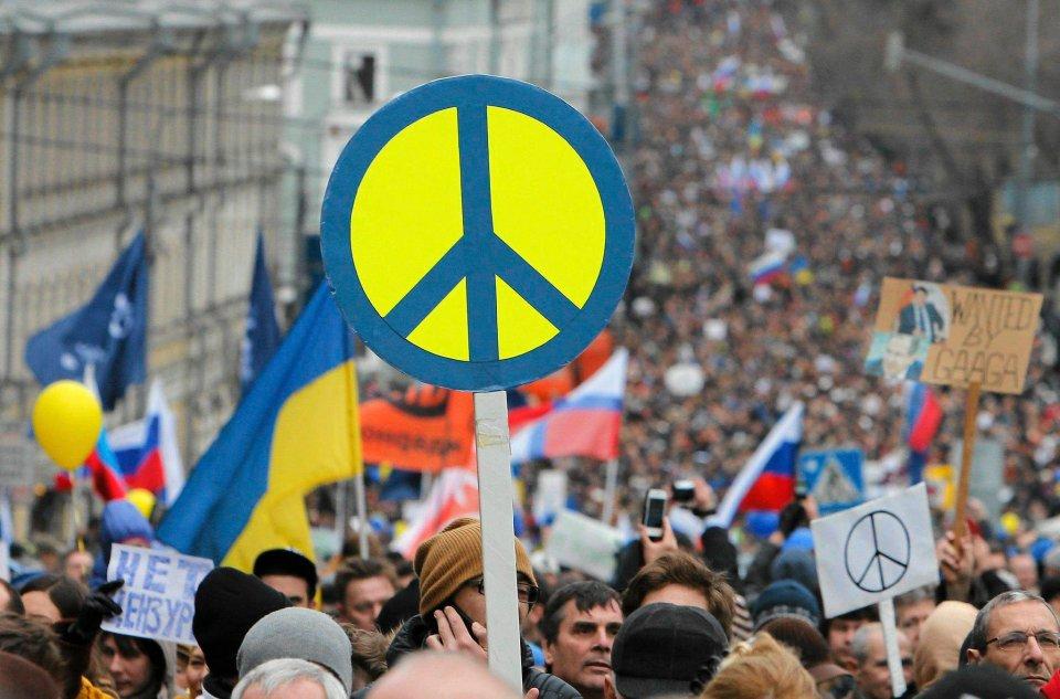 Zebrani ludzie są w różnym wieku, choć widać wiele młodzieży. Łączy ich jedno: obawa, że może dojść do wojny z narodem ukraińskim. Wyraża ją bezpośrednio hasło na scenie demonstracji: