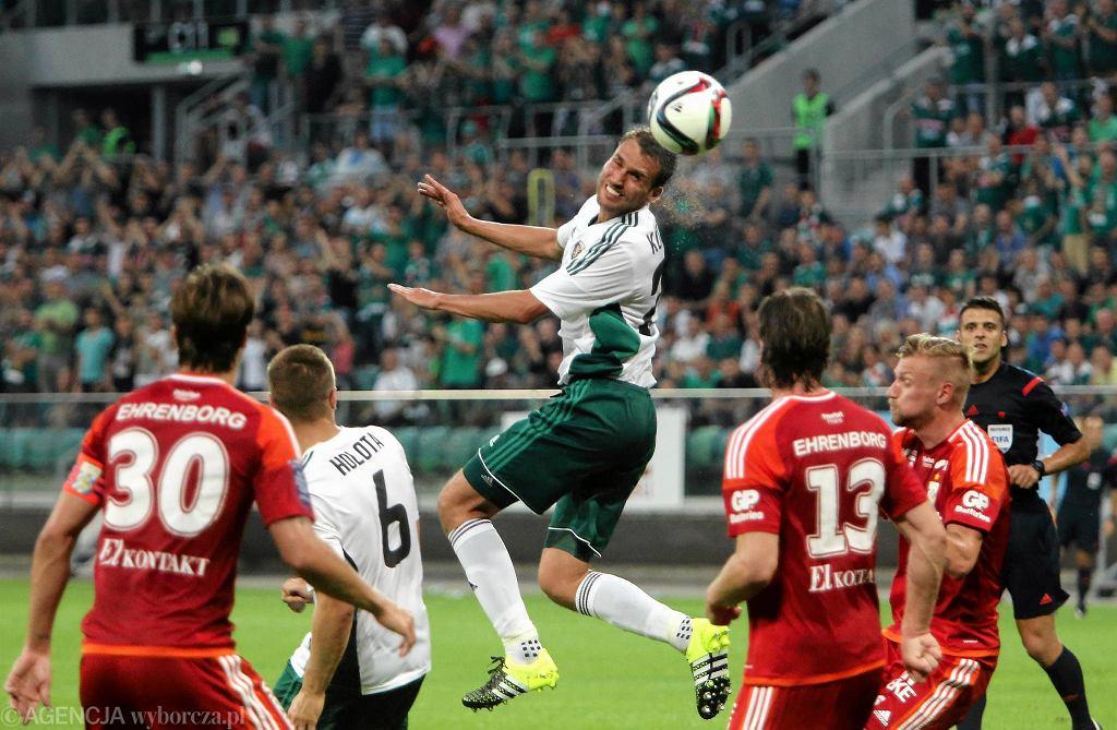 Adam Kokoszka (w środku) podczas meczu Śląsk - IFK