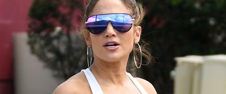 Jennifer Lopez ma talię osy. Obcisłe leginsy podkreśliły jej umięśnione nogi, ale spójrzcie tylko na ten brzuch. Boski!
