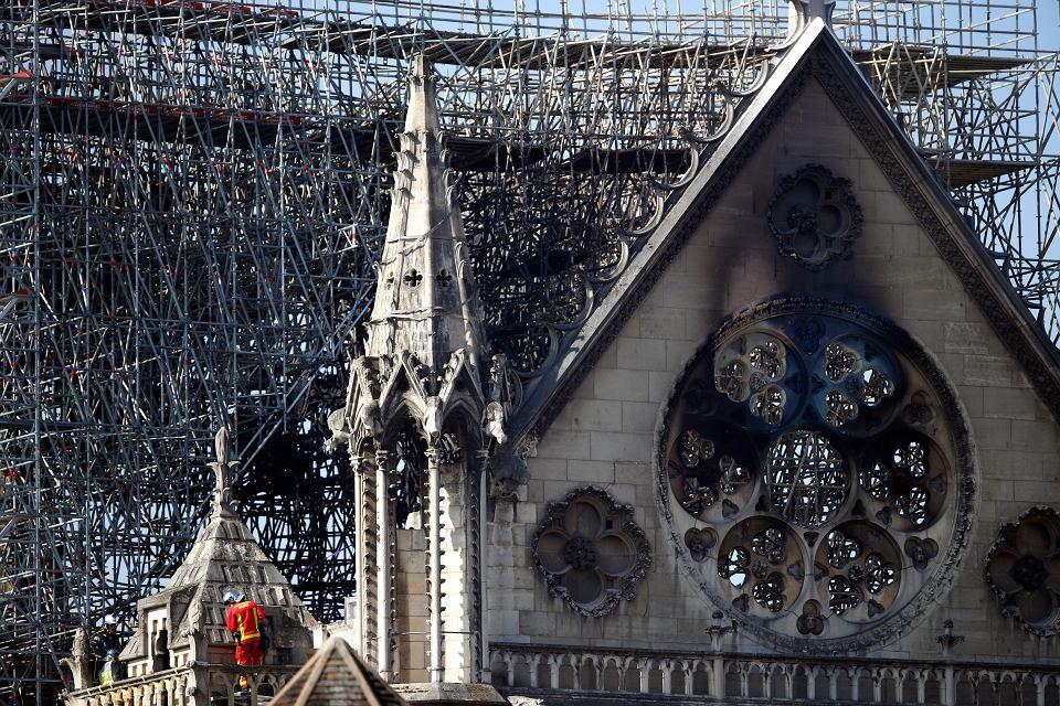 Strażak na balkonie katedry Notre Dame. Paryż, 17 kwietnia 2019 r.
