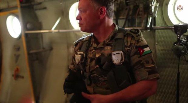 Król Abdullah II podczas lotu szkoleniowego spadochroniarzy
