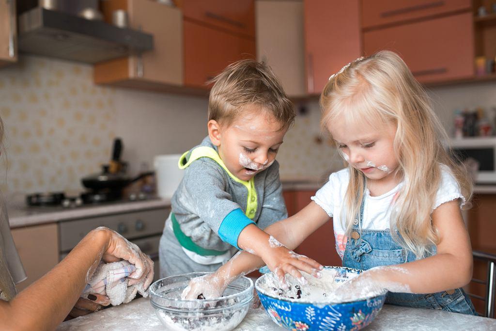 Zabawa w gotowanie to coś, co dzieci uwielbiają.
