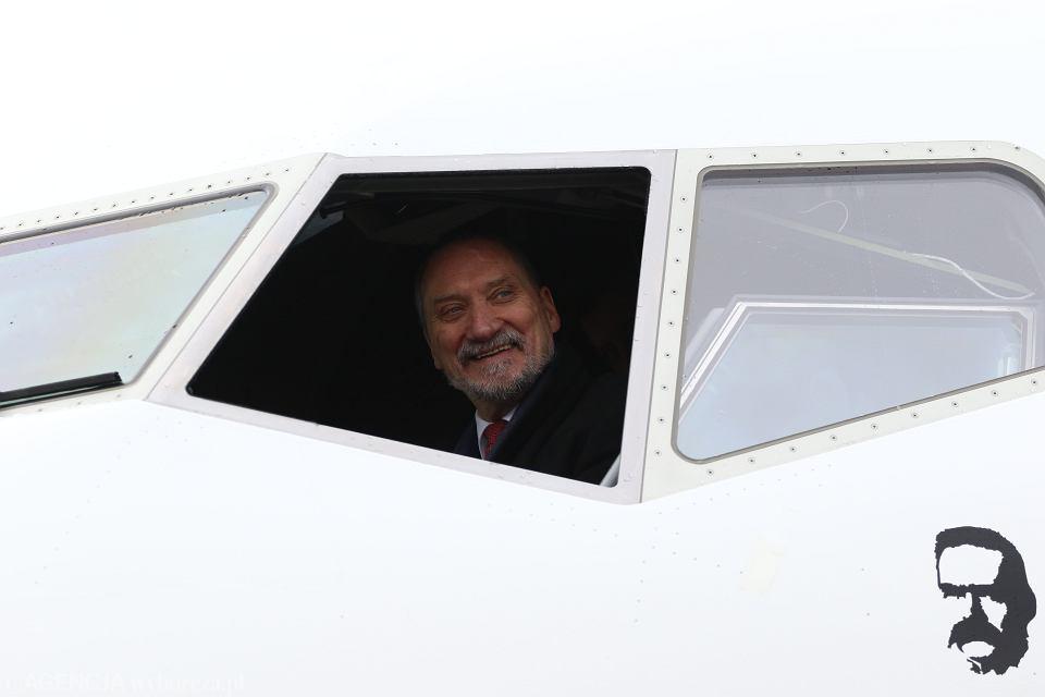 Minister obrony Antoni Macierewicz w samolocie Boeing 737 w wersji dla VIP, 15 listopada 2017