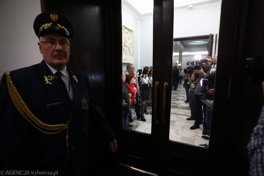 Straż Marszałkowska i dziennikarze przed drzwiami. 52 posiedzenie Sejmu VIII Kadencji. Warszawa, 23 listopada 2017