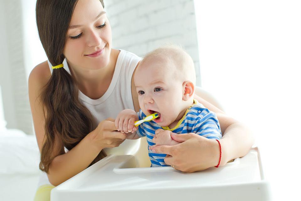 Szczotkowanie zębów należy zacząć już około pierwszego roku życia dziecka