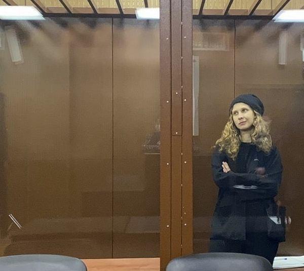 Masza Alochina, jedna z najbardziej znanych członkiń grupy Pussy Riot, w sądzie podczas procesu w 'sprawie sanitarnej'