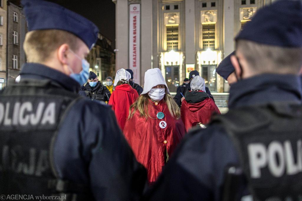 Policja blokuje wpisy o Strajku Kobiet. 'Sytuacja budzi zaniepokojenie'