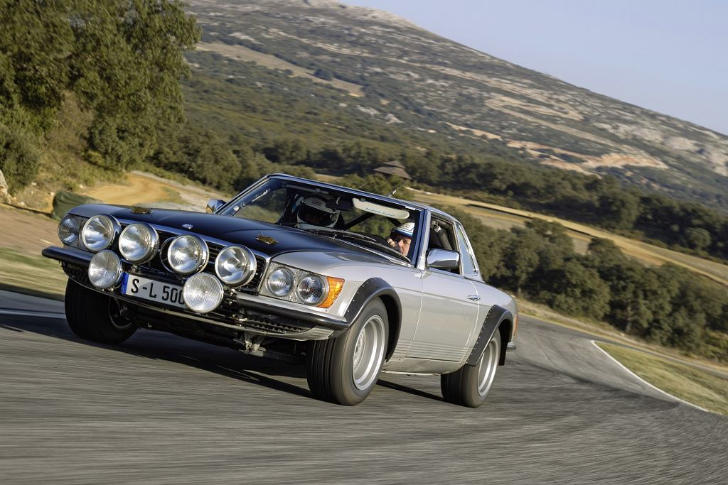 Mercedes 500 SL (R 107) na torze Ascari. Za kierownicą Jochen Mass.