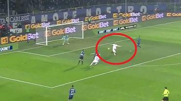 Krzysztof Piątek strzela gola w meczu z Atalantą