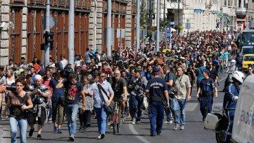 Uchodźcy przechodzą przez Budapeszt. 300 osób spośród koczujących pod dworcem Keleti zdecydowało się na ruszenie piechotą w stronę Wiednia