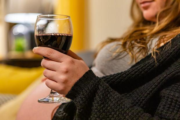 Ekspozycja na alkohol w pierwszym trymestrze powoduje dysmorfie twarzy oraz rozwój wad wrodzonych, w tym ośrodkowego układu nerwowego (OUN)