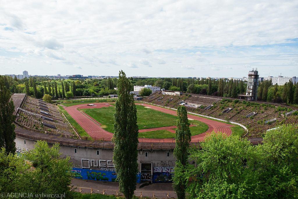 Widok na zrujnowany stadion lekkoatletyczny Skry. Miasto na razie zaczyna przygotowania do remontu jego otoczenia. Sam stadion ma zostać wyremontowany - a właściwie zbudowany od nowa - w późniejszym etapie.