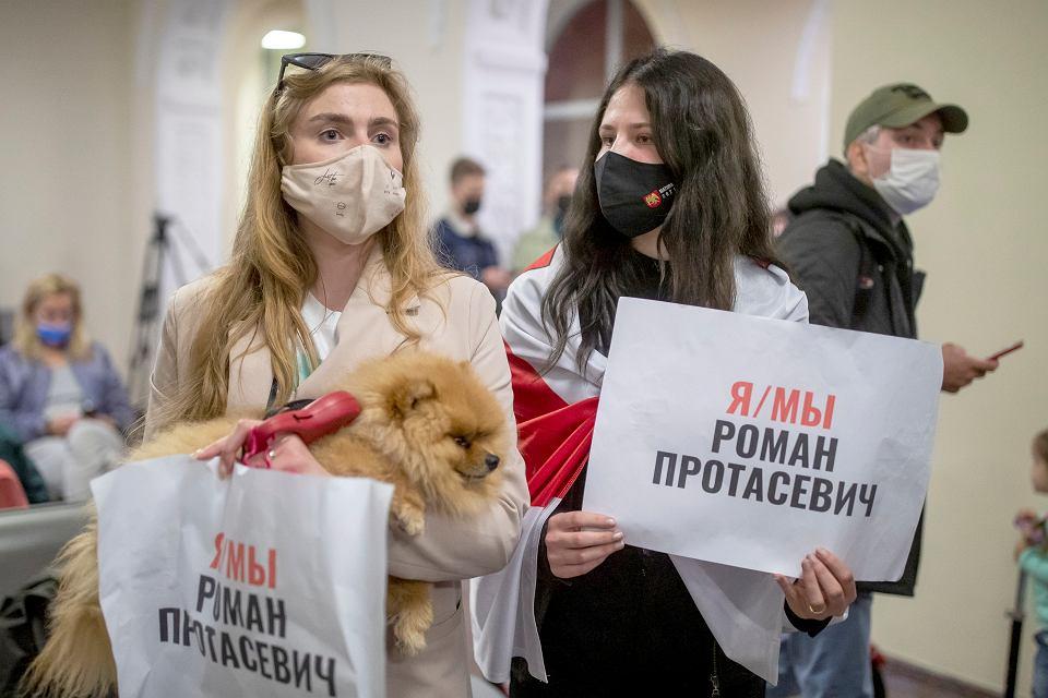 Kobiety trzymają plakat z napisem 'Jestem/jesteśmy Romanem Protasiewiczem', oczekując na pasażerów samolotu Ryanaira o numerze rejestracyjnym SP-RSM, przewożącego opozycjonistę Romana Protasiewicza. Samolot, który podróżował z Aten do Wilna, został przekierowany do Mińska po groźbie podłożenia bomby na pokładzie