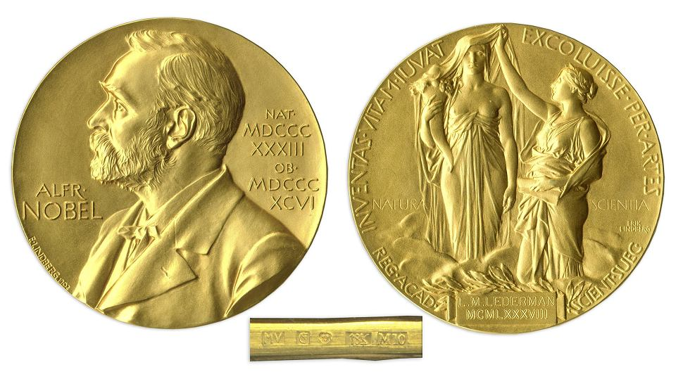 Medal noblowski dla laureatów z fizyki i chemii. Na awersie podobizna Alfreda Nobla, a na rewersie cytat z Wergiliusza  'Inventas vitam iuvat excoluisse per artes' (uczyńmy życie lepszym przez naukę i sztukę)