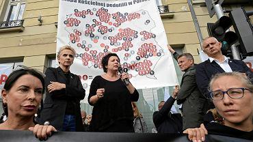 Demonstracja pod hasłem 'Ręce precz od dzieci' i prezentacja Mapy kościelnej pedofilii. W środku radna Agata Diduszko-Zyglewska