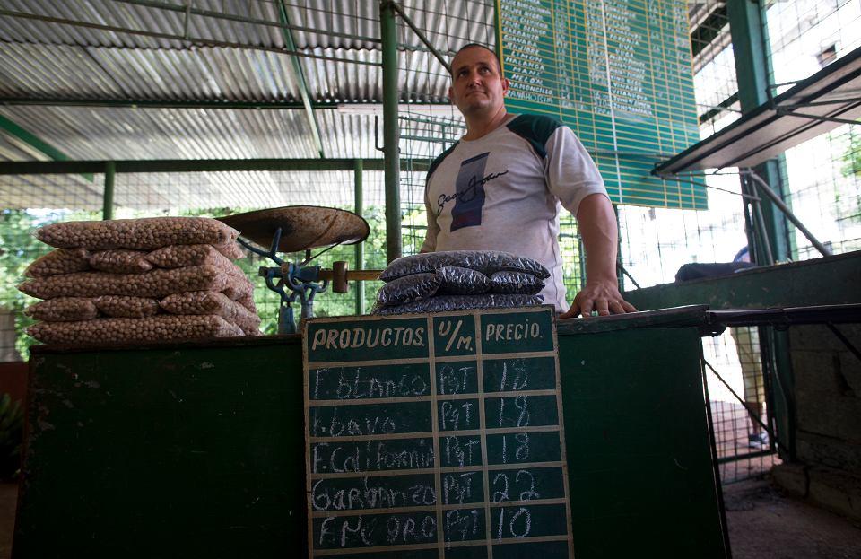 Sprzedawca na bazarze w Hawanie.