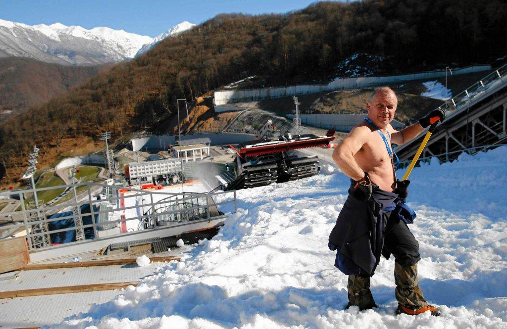 Blaśnik, pracownik ze Słowenii, zrobił sobie przerwę. Przygotowuje skocznię narciarskią