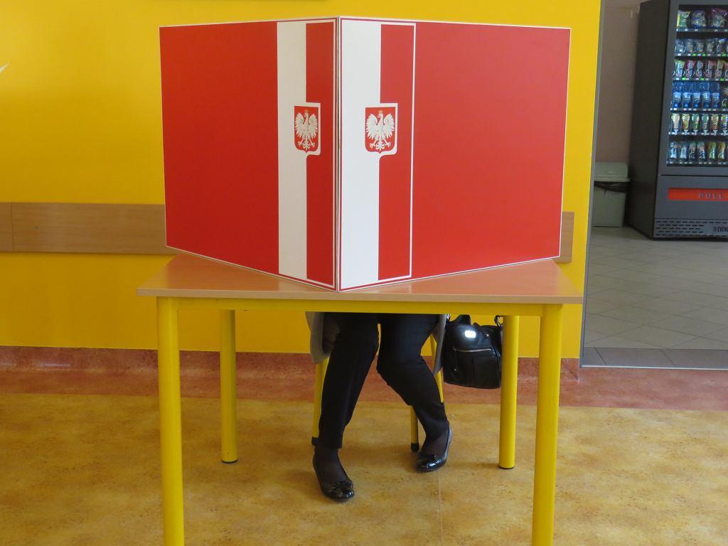 Wybory samorządowe w lokalu na Chynowie