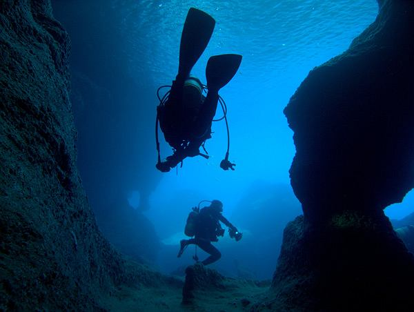 Japonia Yonaguni. Z powodu silnych prądów morskich i rekinów ekspedycje tropicieli tajemnic podwodnego megalitu nie należą do bezpiecznych. Już kilku śmiałków straciło życie w pobliżu wyspy / Shutterstock