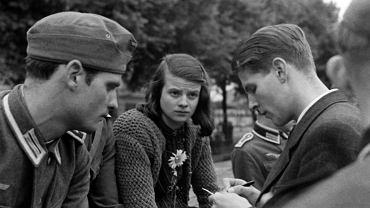 Od lewej: Hans Scholl (ur. 1918), Sophie Scholl (ur. 1921) i Christoph Probst (ur. 1919) na zdjęciu wykonanym w punkcie mobilizacyjnym przed wyruszeniem na front studenckiej kompanii. Plac przed uniwersytetem w Monachium, gdzie rodzeństwo Schollów kolportowało antyhitlerowskie ulotki, nosi dziś ich imię.