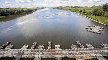 Most pontonowy, na którym powstał rurociąg zastępczy odprowadzający ścieki z uszkodzonych kolektorów oczyszczalni Czajka.