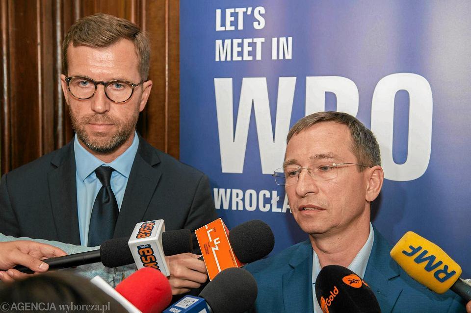 Mecenas Jacek Masiota (z lewej) oraz ówczesny wiceprezydent Wrocławia Maciej Bluj zapewniali dziennikarzy, że sprzedaż Śląska Grzegorzowi Ślakowi jest świetnie zabezpieczona prawnie