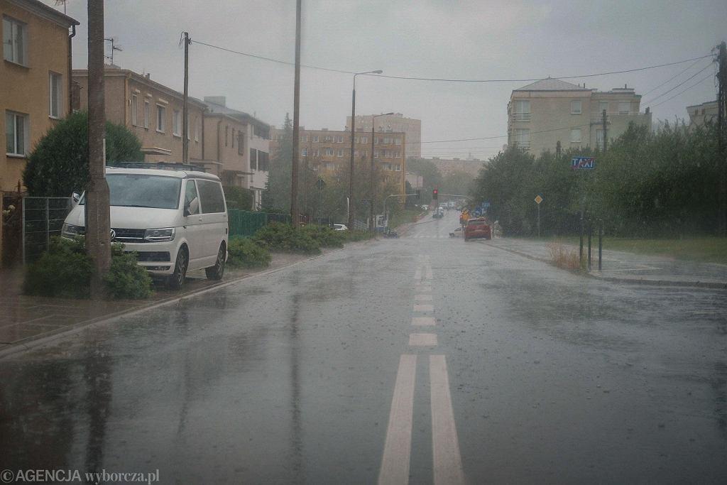 W środę wczesnym popołudniem w Poznaniu mocno padało. Meteorolodzy ostrzegają, że taka pogoda może utrzymać się do wieczora.