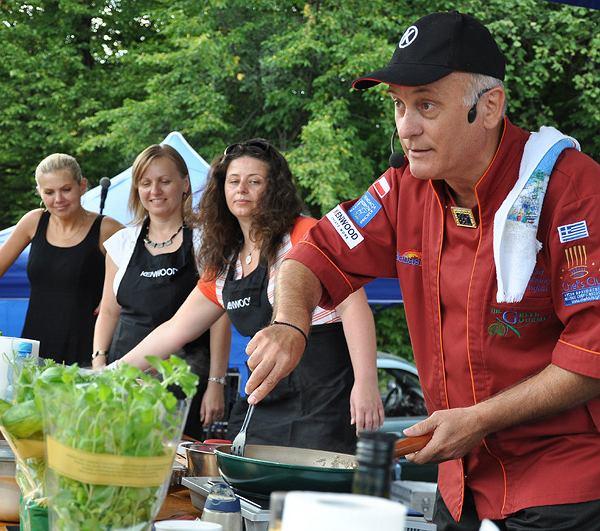 Theofilos Vafidis świetnie sie bawi prowadząc kulinarne show Kenwood