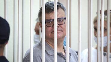 Wiktar Babaryka, wieloletni dyrektor Biełgazprombanku, został skazany na 14 lat łagru, bo chciał startować w wyborach prezydenckich i konkurować z Aleksandrem Łukaszenką. Na zdjęciu Babaryka w sądowej klatce w dniu ogłoszenia wyroku, Mińsk, 6 lipca 2021 r.