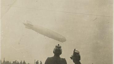 Katastrofa sterowca LZ 129 'Hindenburg' miała miejsce 6 maja 1937 r. podczas cumowania na lotnisku w Lakehurst w amerykańskim stanie New Jersey. Maszyna spłonęła niemal w minutę i runęła na ziemię. Na pokładzie było 97 osób, zginęło 13 pasażerów i 22 członków załogi. Wydarzenie to uznaje się za przyczynę wycofywania sterowców z powszechnego użycia. Choć dzisiaj powoli powracają do łask - jako nośniki reklam, turystyczne atrakcje czy transportowce. Zobaczcie, jak te potężne maszyny prezentowały się nad przedwojennym Breslau. Na zdj. sterowiec  na Gądowie Małym (1921 r.)