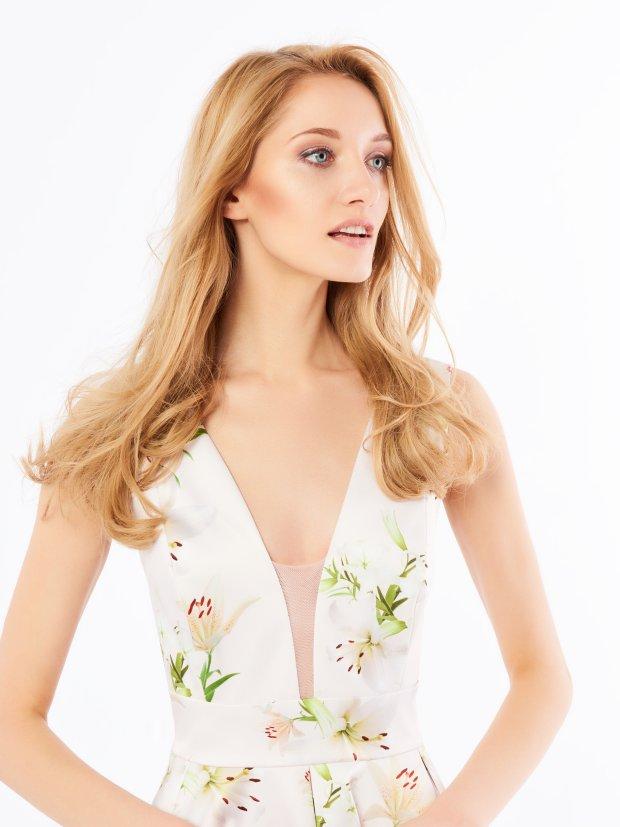 Sukienka Mohito - kontrowersyjna z powodu koloru, ale stosowna dzięki kwiatowym haftom