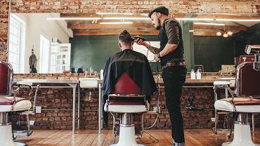 Modne męskie fryzury w tym sezonie wymagają nieco pracy w codziennych stylizacjach