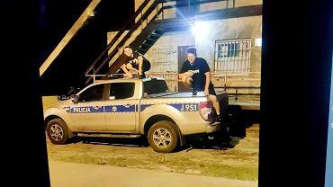 Opolskie. 18- i 19-latek pochwalili się w sieci, jak skaczą po radiowozach. Na zdjęcie trafili policjanci