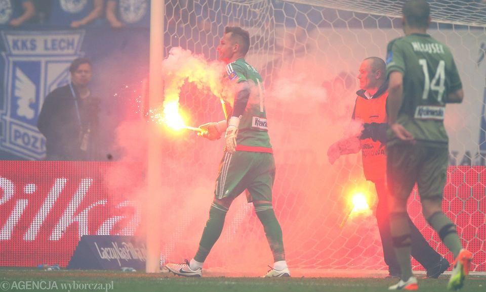 Podczas finału Pucharu Polski fani Lecha Poznań dziesiątki razy wrzucili na murawę Stadionu Narodowego odpalone race, jedna z nich trafiła w bramkarza Legii Warszawa