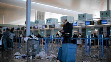 Lotnisko w Barcelonie utonęło w śmieciach