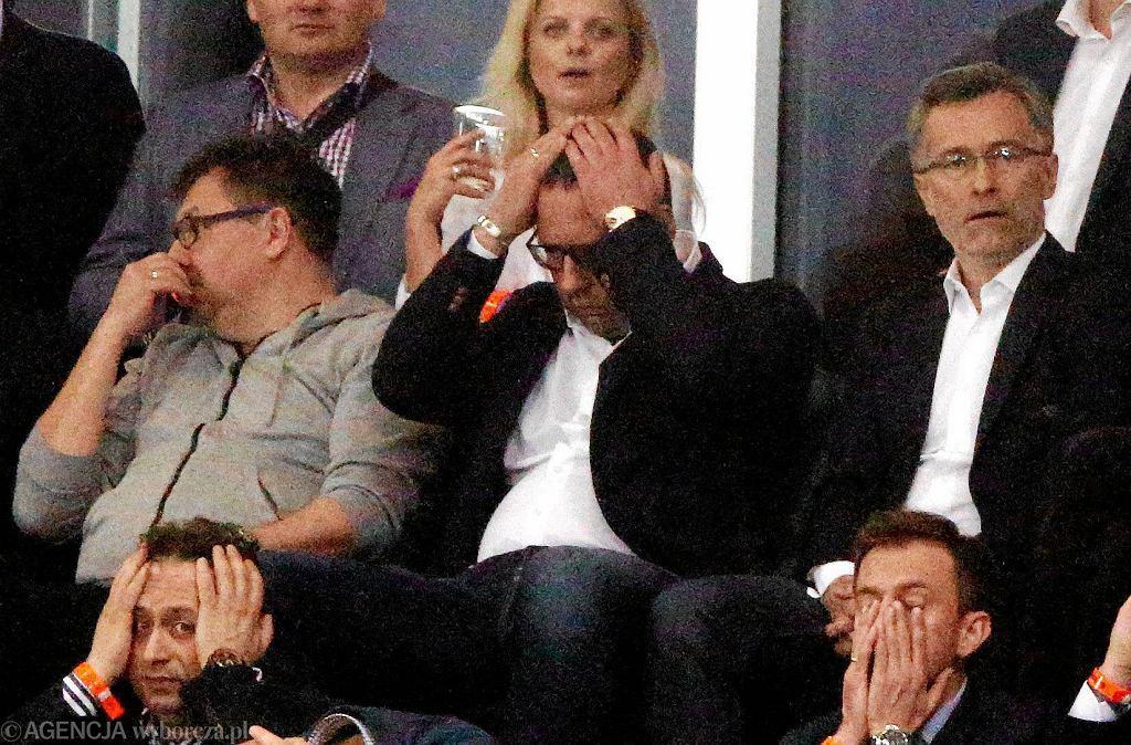 Prezes Legii Bogusław Leśnodorski (w środku) był załamany nieskutecznością piłkarzy przez 98 minut