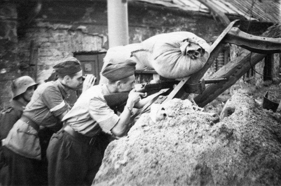 Powstańcy ze zgrupowania 'Kryska' przy barykadzie na Czerniakowie, 30. sierpnia 1944 r.