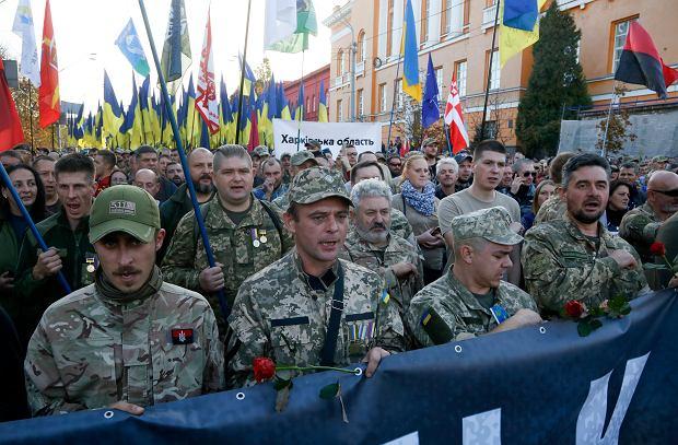 Weterani wojny w Donbasie maszerują w ramach protestu przeciwko tzw. formule Steinmeiera, Fot. Efrem Lukatsky / AP Photo